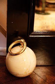 bola de mármol como tope de puertas