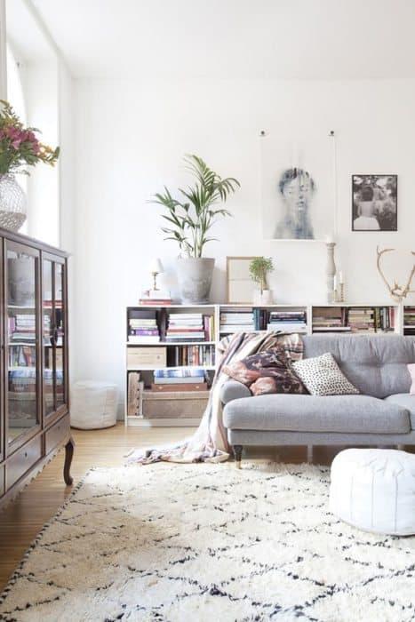 librería en el sofá