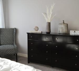 sillones son elementos decorativos y funcionales para un dormitorio